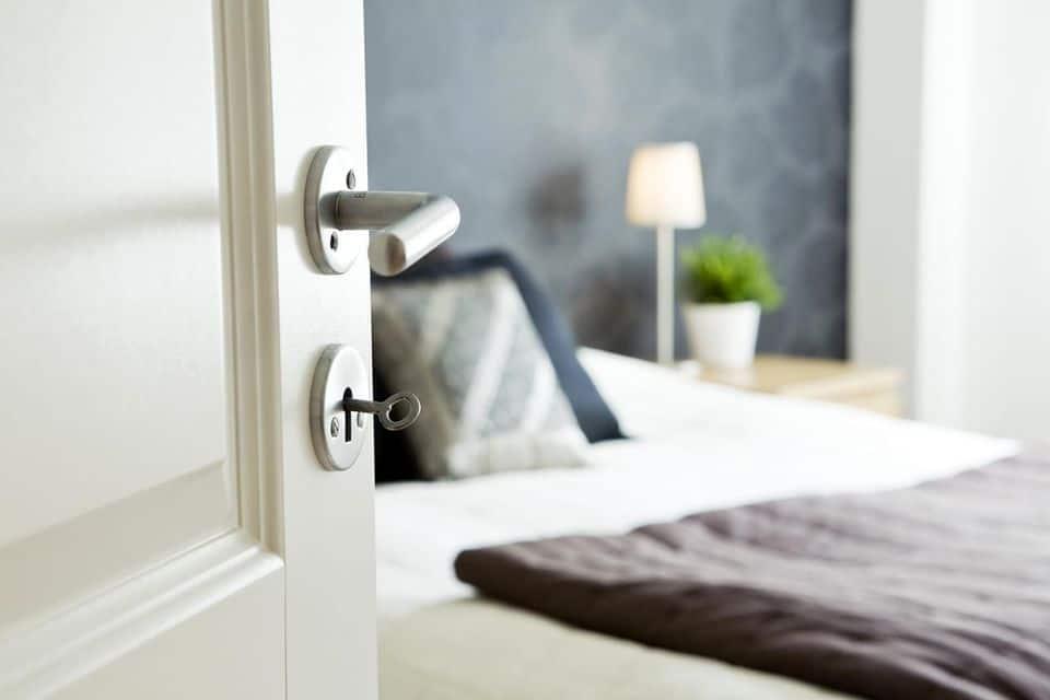 Mẹo phong thủy: Cách khắc phục hướng đặt giường ngủ đối diện cửa ra vào 2